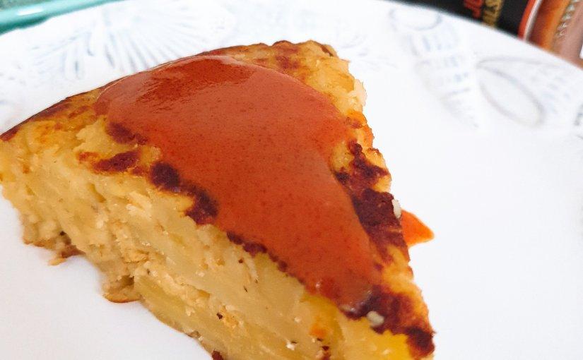 Tortilla de patatas sin huevo con salsa brava JuanaMadrid.